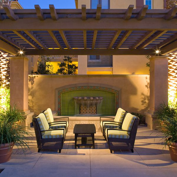 Exterior view of courtyard at Palmeras Apartment Homes in Stonegate, Irvine, CA.