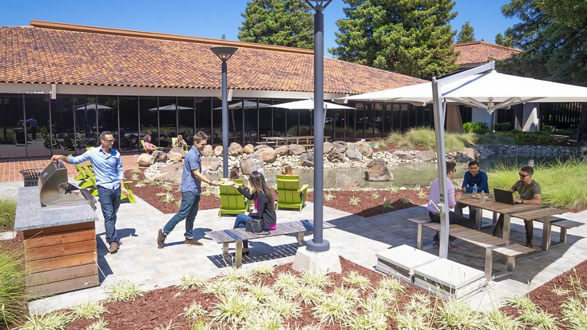 Lifestyle photography of the outdoor workspace between 3930, 3970 and 3960 Freedom Circle in Santa Clara, CA